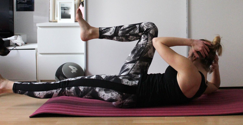 Linkes Bein ausgestreckt , rechtes Knie & linker Ellenbogen aneinander führen // Hold your left leg straight, put your right knee & left ellbow together